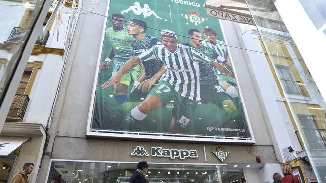 Ordenan la retirada urgente del cartel de la tienda del Betis en Sierpes 031f359fef9aa