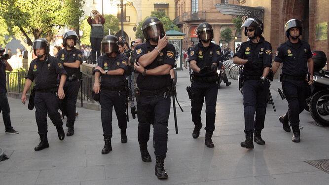 Antidisturbios de la Policía, en una manifestación de ultras en Sevilla.