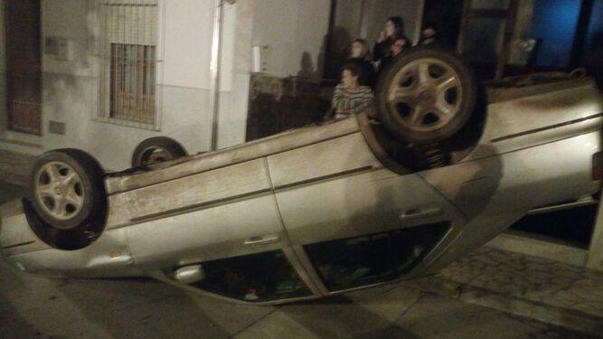 Un coche de un ciudadano rumano, volcado en Pedrera en 2018.