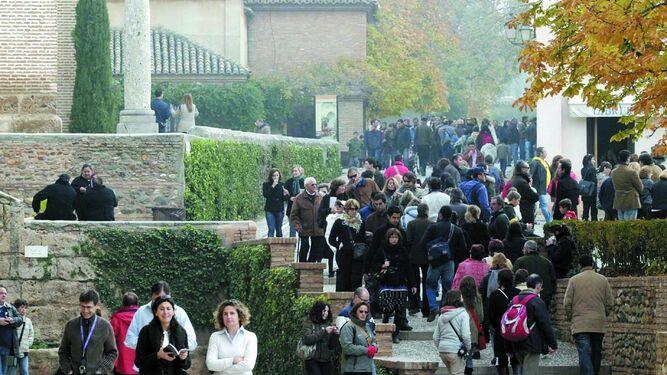 Turistas visitando la Alhambra.