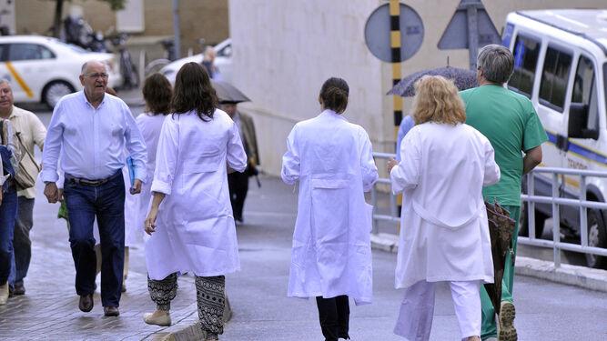 Profesionales sanitarios en un recinto hospitalario.