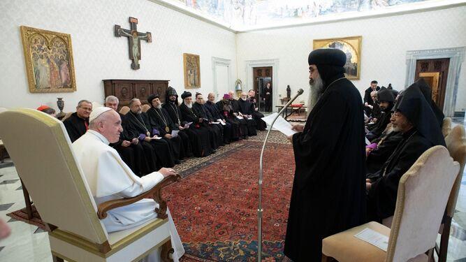 Resultado de imagen para Fotos del recibimiento del Papa, por Mohamed bin Zayed al Nahyan