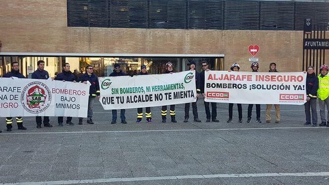 Los bomberos de la Mancomunidad de Fomento y Desarrollo del Aljarafe protestando, el lunes 4, en Camas.