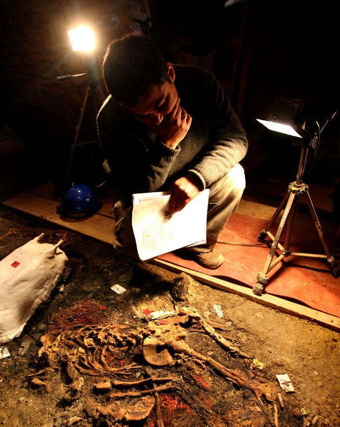 Resto óseos encontrados en la tumba