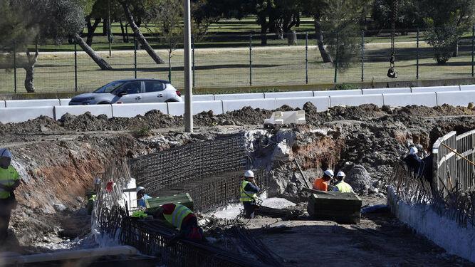 Obras del paso inferior al parking desde la avenida de la Raza.