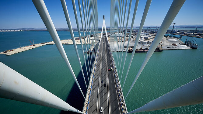 Vista desde lo alto de uno de los pilares del puente de la Constitución de 1812, en Cádiz.
