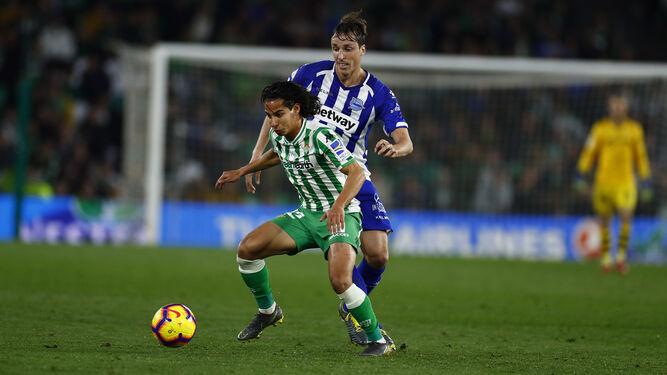 Lainez protege el balón ante Pina.   Antonio Pizarro (Sevilla) e545c15eb7918