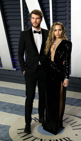 <p>Liam Hemsworth y Miley Cyrus, de Saint Laurent</p>