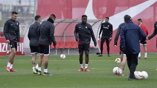 El Sevilla FC necesita despejar dudas esta tarde ante el Slavia de Praga.    juan 096fd900c