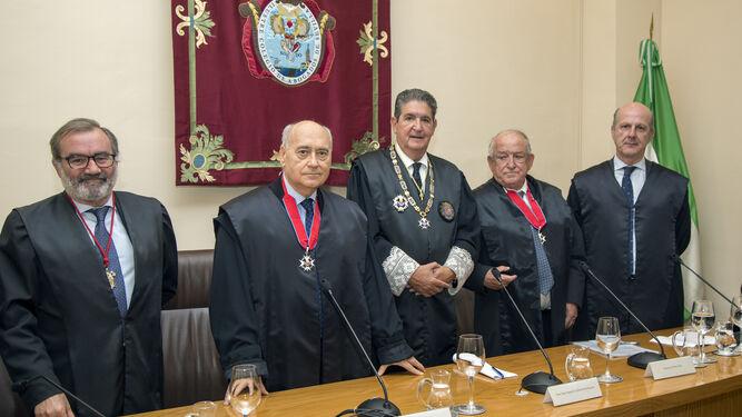 El decano José Joaquín Gallardo (centro), flanqueado por Jorge Piñero y Jesús Bores