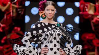 8b9071d25 El traje de flamenca blanco y negro y cómo llevarlo esta temporada