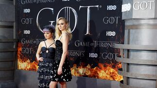 <p>Maisie Williams y Sophie Turner.</p>