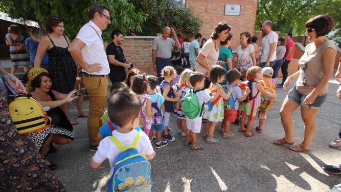 Grupo de alumnos en el patio de un colegio.