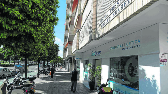 9aaa4cdce9 Rótulo de la Avenida Presidente Adolfo Suárez, esquina con Glorieta de las  Cigarreras.