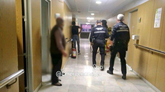 Agentes policiales y Bomberos de Sevilla durante la actuación en el Hospital Macarena.