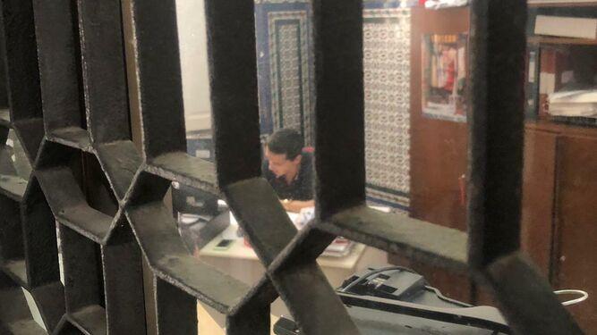 El opositor, haciendo el examen solo y apartado, el pasado jueves.