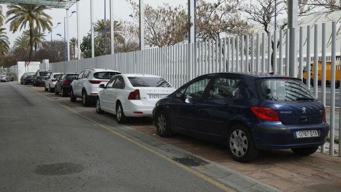 Coches aparcados junto al vallado que delimita el Parque Científico y Tecnológico (PCT) Cartuja.