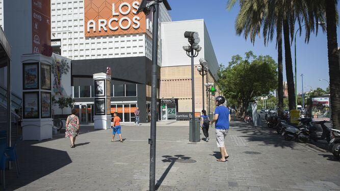 2194565129b El centro comercial Los Arcos, donde cerrará Hipercor.