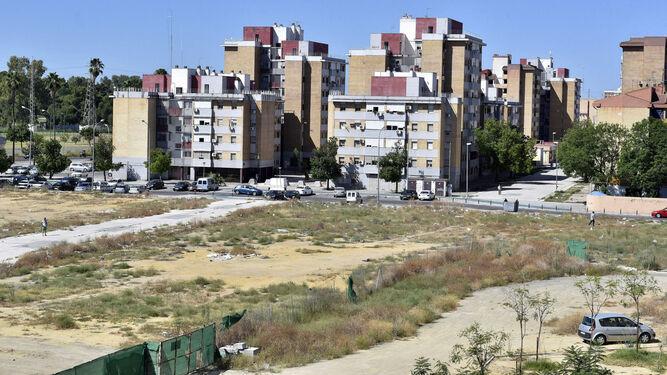 Vista áerea de los bloques del Polígono Sur junto a la Factoría Cultural del barrio.