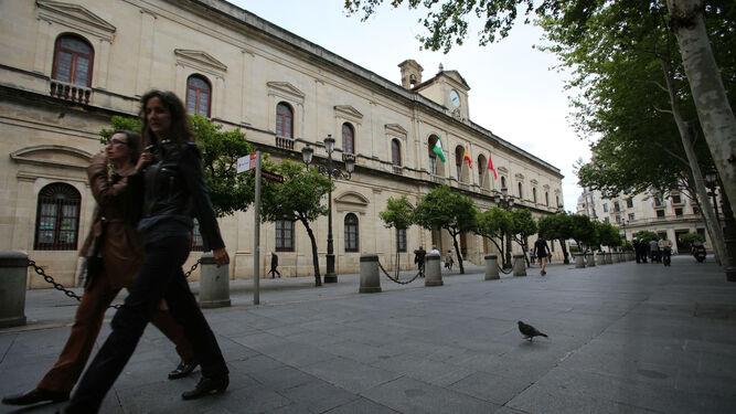 Fachada del Ayuntamiento de Sevilla, cuyos trabajadores han denunciado a la banda de música Giralda Brass. / D. S. :: diariodesevilla.es