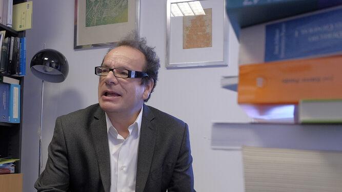 El catedrático Jesús Jordano en su despacho / JUAN CARLOS VÁZQUEZ :: diariodesevilla.es