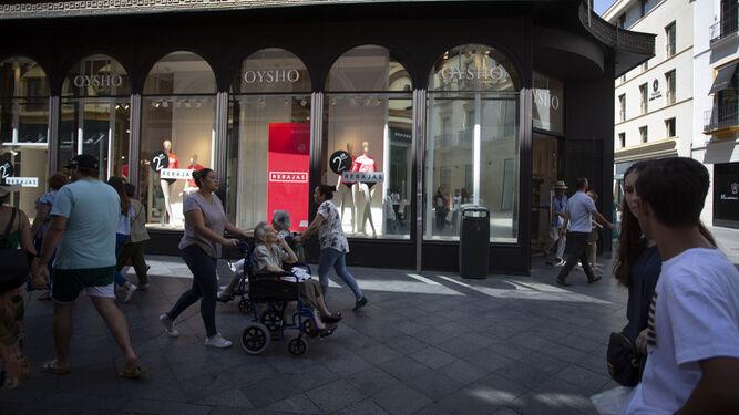 Una de las firmas de moda que ocupa uno de los locales más granes del centro de Sevilla.