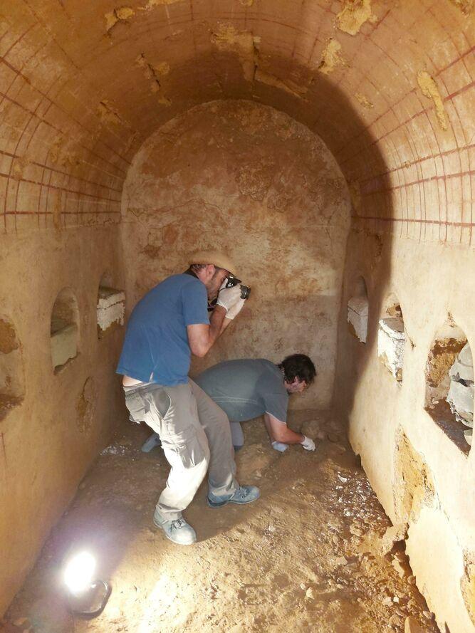 Un técnico municipal toma fotos del interior