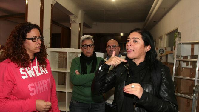 Una mujer se comunica con lengua de señas con unos compañeros