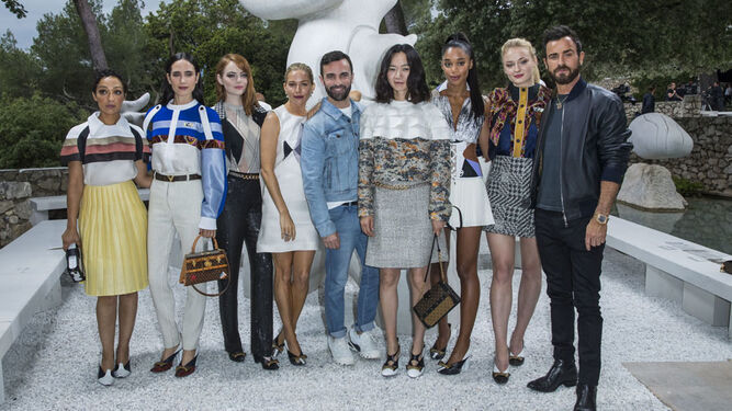 Alicia Vikander, Jennifer Connelly, Justin Theroux y Chloë Grace Moretz, entre otras 'celebrities', con Nicolas Ghesquière, creativo de Vuitton.