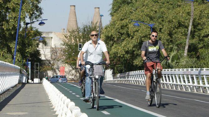 Ciclistas por el recinto de la Cartuja.