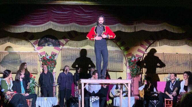 El Duende, director artístico del espectáculo, durante una de sus actuaciones.