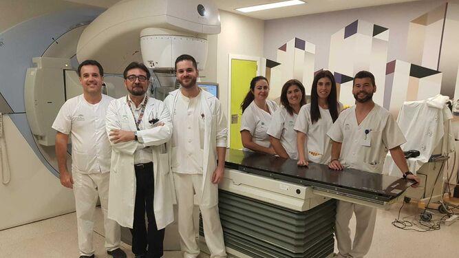 El doctor Muñoz Carmona con el equipo de Oncología Radioterápica que aplica las técnicas en cáncer de mama.