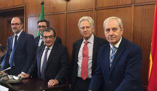 De izquierda a derecha, los vocales César Gallardo (PSOE), Pedro Molina (PP), los magistrados Ángel Márquez y Fernando Sanz y el secretario judicial Antonio Dorado