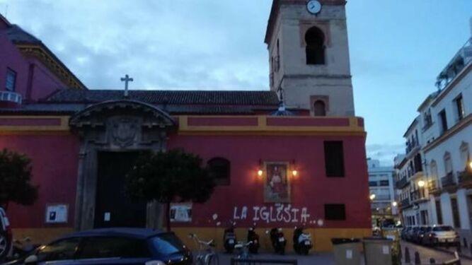 Los vándalos de las pintadas la toman ahora con la parroquia de San Lorenzo