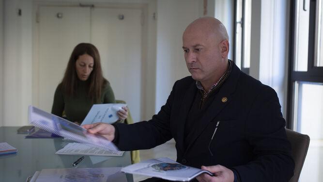 Alberto Martín muestra algunos proyectos de su asociación, con su compañera Mariló Antúnez al fondo.