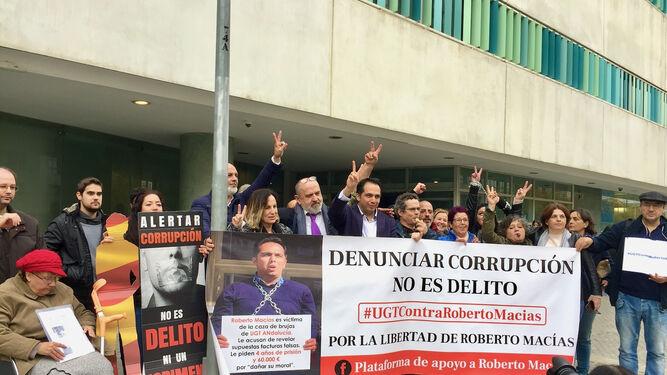 Roberto Macías (centro) en una protesta ante los juzgados.