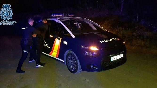 Detención de uno de los dos aluniceros que huyeron de la Policía tras ser sorprendidos asaltando el Carrefour de Montequinto.
