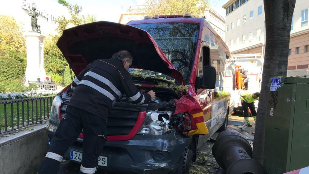 Fotos del accidente del autobús de Tussam en la Plaza del Duque