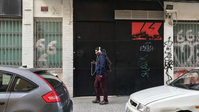 Un joven pasa junto a la Sala Kakfa en la Alameda, que ha sido condenada por el exceso de ruido. / ANTONIO PIZARRO
