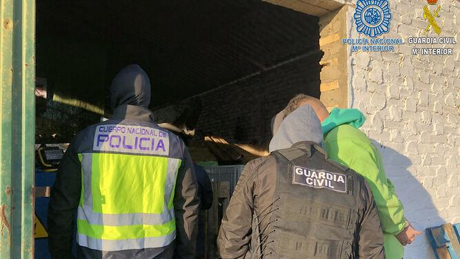 La Policía y la Guardia Civil, en uno de los registros de la operación Ángel.