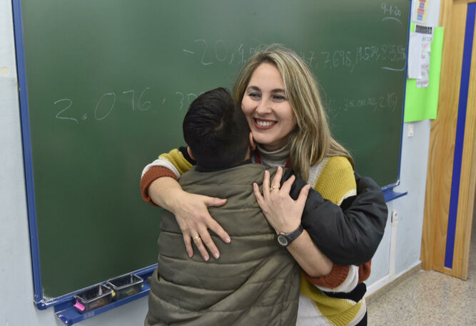 Un alumno se abraza a Rosario Ortiz tras volver de las vacaciones navideñas.