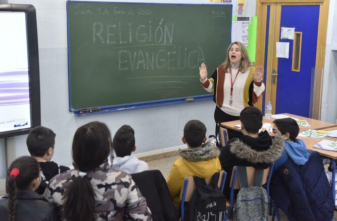 Los alumnos atienden las explicación de la maestra de Religión Evangélica.