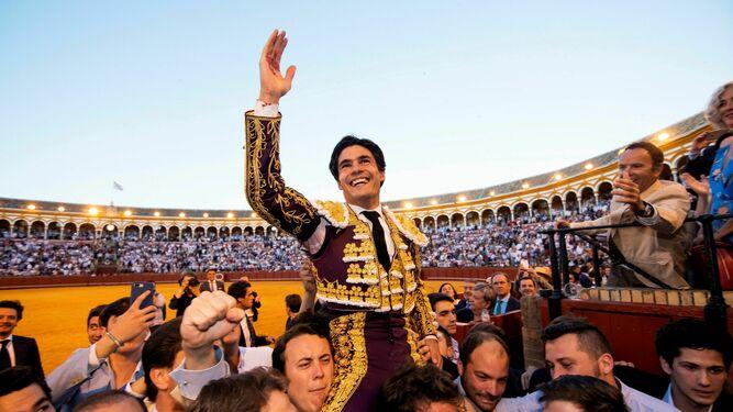 Pablo Aguado sale por la Puerta del Príncipe en mayo de 2019.
