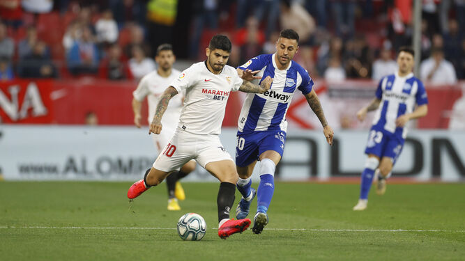 Banega intenta el disparo ante Camarasa.