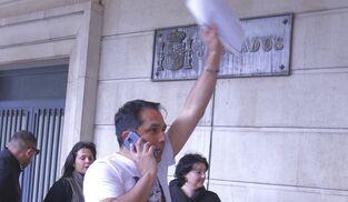 Roberto Macías en el momento de entrar al edificio de los juzgados