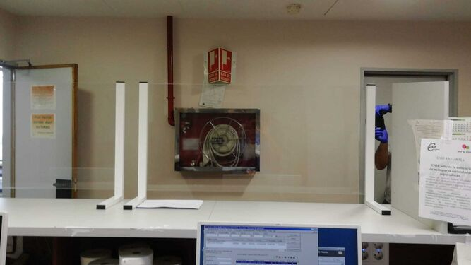 Las mamparas de cristal instaladas en la Admisión de Urgencias del Virgen del Rocío.