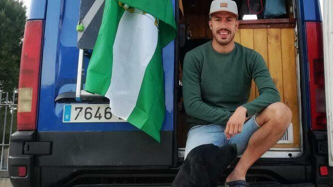 El sevillano José Sánchez y su perro Thor.