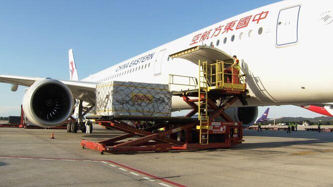 un avión chino con 620.000 mascarillas tras aterrizar en Barajas