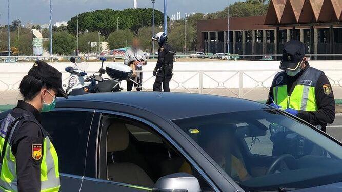 Un control de la Policía Nacional durante el confinamiento