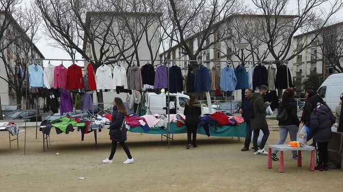 El mercadillo del Tamarguillo, la avenida a la que dan las calles de las barriadas de Tres Barrios-Amate.